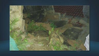Desmoronamento de terras atinge casas em Amparo - As terras cederam após uma forte chuva no município. Ninguém se feriu.