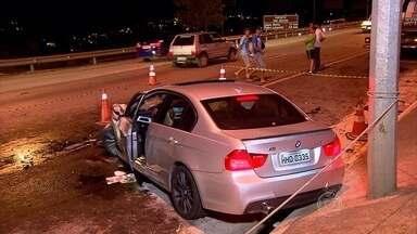 Carro bate em traseira de carreta e motorista fica ferido na MG-010 - Condutor da carreta disse que foi surpreendido pelo impacto da batida.