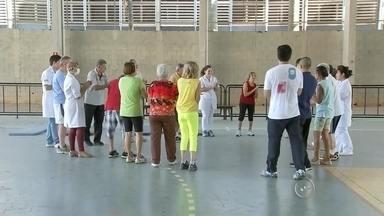 Atividade física ajuda pessoas que têm a doença de Parkinson - A atividade física está ajudando as pessoas que têm a doença de Parkinson. O projeto foi criado por um professor da Unesp e as aulas são feitas duas vezes por semana.