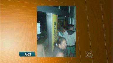Bandidos explodem cofre de agência bancária em Picuí, na Paraíba - Os criminosos fizeram estudantes que estavam em um ônibus reféns.