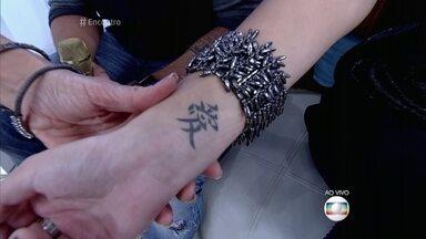 Pâmela Tomé mostra suas tatuagens - Atriz conta que chegou a perder trabalhos como modelo por causa das tatuagens