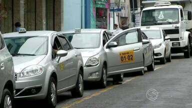 Taxistas do Sul do RJ passam a cobrar bandeira 2 neste mês de dezembro - Até o fim do ano, taxímetros rodam com valor mais alto para compensar a falta do 13º salário da categoria.