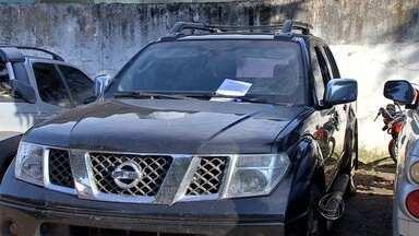 Polícia encontra caminhonete clonada em oficina de Campo Grande - Dono da oficina disse que desconhecia o furto da caminhonete. Segundo a polícia, geralmente os bandidos roubam esse tipo de veículo e alteram as placas para utilizá-lo no tráfico de drogas.