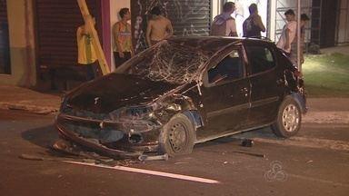 Acidente de carro assusta moradores do bairro Praça 14, Zona Sul de Manaus - Dois carros bateram e um dos veículos ficou totalmente destruído. As vítimas saíram sem nenhum arranhão.
