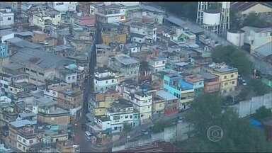 Moradores do Jacarezinho convivem com tiroteios constantes - Moradores da comunidade, que conta com uma UPP, vivem clima de tensão. Desde a segunda-feira (30) há relatos de confrontos entre policiais e bandidos na região.