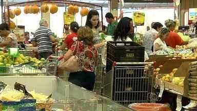 Alta do dólar provoca aumento no preço dos itens da ceia de natal, em Goiás - Os consumidores que já começaram a pesquisa de preços se assustaram com o tanto que os produtos encareceram em relação ao ano passado.