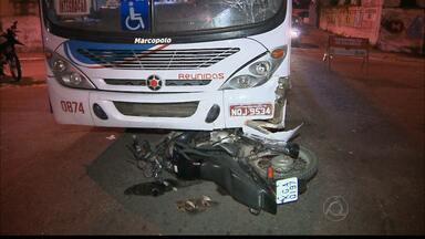Casal fica gravemente ferido em acidente de trânsito no bairro de Tambiá, em JP - Ambos estavam em uma moto que bateu em um ônibus.