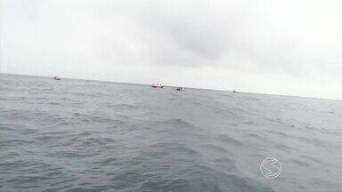 Naufrágio em Angra: equipes seguem com buscas pela superfície - Bombeiros e Capitania dos Portos saíram em lanchas e barcos; embarcação afundou na Ponta dos Meros; cinco continuam desaparecidos.