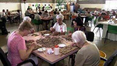 A Missão Possível da semana é fazer trabalho voluntário - Para marcar o Dia do Voluntário (5/12), vamos conhecer uma senhorinha de 93 anos que é voluntária há cerca de 20 anos. Atualmente, ela atua numa associação que trabalha com pessoas com deficiência mental.