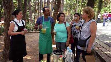 Hoje é dia de... Economizar - Feira - Alexandre Henderson vai com a nutricionista Raquel Zimmermann Cosme para a Feira de Produtos Orgânicos do Parque da Água Branca, em São Paulo. Lá, eles cozinham um prato que aproveita talos de agrião e as ramas das cenouras.