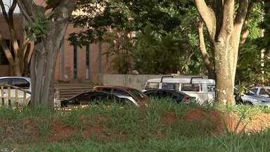 Alunos e professores sofrem com falta de segurança no estacionamento da Escola de Música - Está faltando segurança na Escola de Música. Os ladrões aproveitam e roubam carros de professores e alunos no estacionamento.