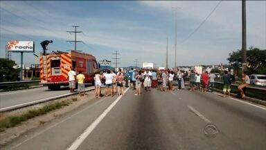 Moradores bloqueiam BR-282 na via expressa em protesto contra falta de água - Moradores bloqueiam BR-282 na via expressa em protesto contra falta de água