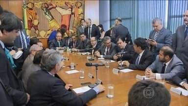 Eleição dos membros da comissão do impeachment fica para terça (8) - Devia ter acontecido na segunda-feira (7), mas ficou para terça (8) a eleição da comissão especial que, na Câmara dos Deputados, vai apreciar o pedido de impeachment da presidente Dilma Rousseff.