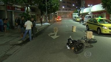 Duas pessoas morrem em acidente na Lapa, no Rio - O acidente aconteceu na madrugada desta terça-feira (8) na rua do Riachuelo. O motociclista e o pedestre não resistiram aos ferimentos.
