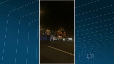 Caminhão capota após acidente na Linha Amarela - O caminhão e um carro bateram no sentido Fundão. Três faixas da via expressa foram ocupadas, perto do túnel da Covanca.