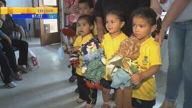 Grupo de idosas confecciona bonecas de pano para doar a crianças em Bagé, RS - O projeto contemplou 13 escolas de educação infantil.