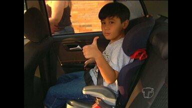 Veja dicas de como transportar crianças em carros - Um vídeo, registrado em Santarém, mostra uma criança caindo do carro em cruzamento movimentado da cidade.
