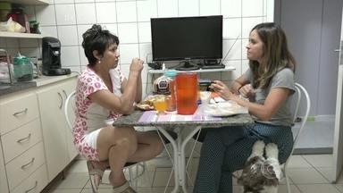 Repórter passa a noite sem dormir para experimentar o problema da insônia - Juliana Sana acompanha a rotina de Lourdes, que sofre de insônia há dez anos