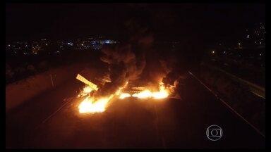 Incêndio atinge depósito de caixas de transporte de alimentos na Ceasa, em Contagem - A causa do incêndio ainda é desconhecida do Corpo de Bombeiros. O incidente não alterou o funcionamento das centrais de abastecimento.
