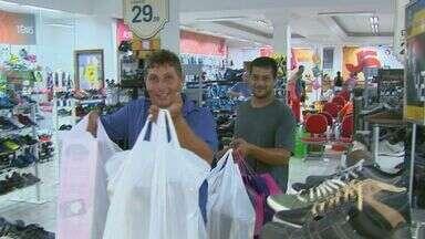 Horário especial aumenta o movimento no comércio de São Carlos - Até o dia 23, lojas da cidade vão ficar abertas até as 22h.