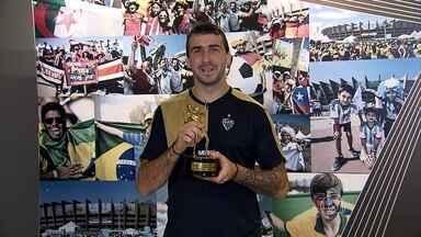"""O troféu """"Gringo do Ano"""" do Brasileirão está nas mãos do dono: Lucas Pratto, do Galo - Atacante argentino foi o destaque do Atlético-MG no Brasileiro e acabou eleito o melhor estrangeiro na competição"""