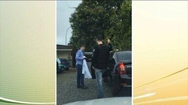 Polícia prende suspeitos de fraude no seguro DPVAT em Curitiba - Entre os quatro presos estão um médico e um fisioterapeuta. O pedido de indenização do DPVAT é de graça e não é preciso contratar ninguém.