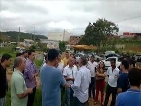 Empreiteiros do Vale do Aço fazem manifestação em frente ao consórcio Isolux - Segundo eles protesto é contra a falta de pagamento das etapas 1 e 2 da duplicação da BR-381.