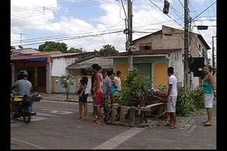 Moradores fazem protesto contra mudanças no trânsito no bairro da Marambaia - Comunidade do conjunto Gleba reclama de alterações no tráfego por conta de avanço de obras no BRT.