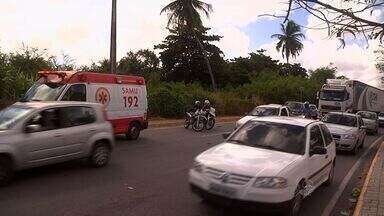 Acidente entre duas motos na Avenida Raul Barbosa, em Fortaleza, deixa três feridos - Colisão ocorreu próximo à Via Expressa.