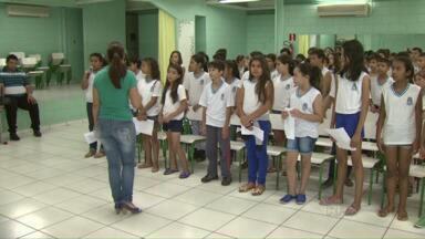 Alunos se preparam para a Cantata de Natal da Escola Adele Zanotto Scalco. - Local foi ainda não foi totalmente reformado depois do temporal de granizo do dia 07 de Setembro.