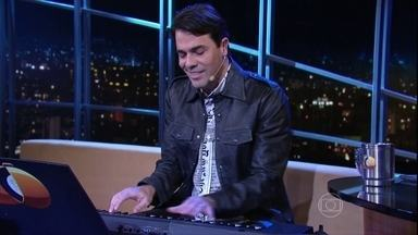 """Cláudio Lins canta música do espetáculo """"O beijo no asfalto – o Musical"""" - Ator está em cartaz com clássico de Nelson Rodrigues"""