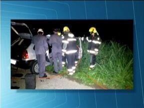Veículos batem de frente na BR-381 e motoristas morrem no local - Segundo bombeiros, um dos carros teria invadido a contramão.