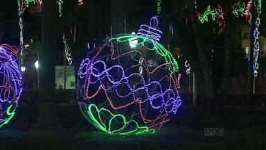 Decoração de Natal ilumina as ruas de Ponta Grossa - Uma roda gigante foi montada no Parque Ambiental.