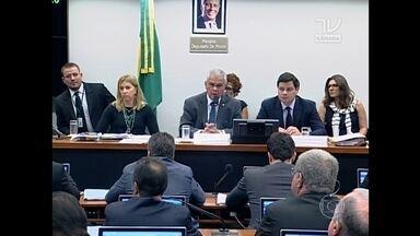Conselho de Ética adia mais uma vez processo contra Eduardo Cunha - Numa sessão tumultuada, os deputados decidiram deixa para terça-feira (15) a apresentação e votação do novo relatório que pede a cassação de Eduardo Cunha.