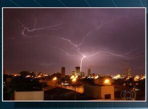 Fotógrafo registra raio no céu da capital; veja - Fotógrafo registra raio no céu da capital; veja