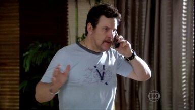 César exige que Camilla volte para o Brasil - Leinha liga para o pai e avisa que a irmã quer fugir