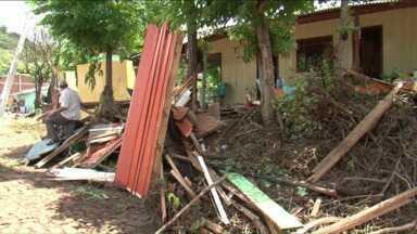 Moradores de Manfrinópolis passam o dia fazendo faxina nas casas - 80% dos imóveis foram invadidos pela enxurrada. Uma pessoa morreu.