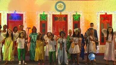 Crianças se apresentam em coral natalino no Quartel dos Bombeiros - Os pequenos cantores são do Bairro da Paz.