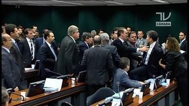 Fantástico pergunta o que é decoro em semana tumultuada no Congresso - Será que o povo sabe o que quer dizer a palavra que andou em falta essa semana em Brasília? Decoro significa uma forma correta de se portar.