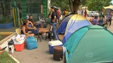Pais acampam em frente a creches municipais de Cuiabá para conseguir senha para vagas - Pais e familiares das crianças se revezavam em turnos no acampamento improvisado montado na porta das unidades de ensino há uma semana.