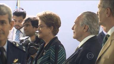 """Dilma e Temer ouvem 'Amigos Para Sempre' durante evento em Brasília - Em Brasília, uma banda militar tocou a música """"Amigos Para Sempre"""" em um encontro da presidente Dilma Rousseff com o vice-presidente Michel Temer."""