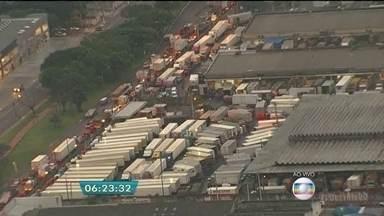 Fila de caminhões provoca congestionamento no entorno da Ceagesp - Grande movimento de caminhões nesta época do ano congestiona a avenida Gastão Vidigal. Apenas uma faixa está liberada para os carros.