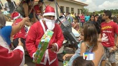 Grupo leva presentes de natal de lancha para crianças de Jacareí - Amigos que organizaram ação fazem parte de clube de jet ski.
