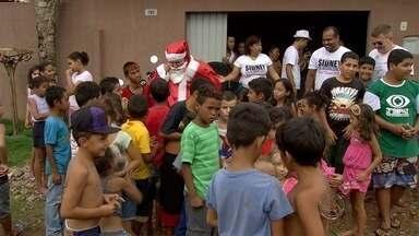 Crianças de bairro da periferia recebem visita do Papai Noel em Campo Grande - O Papai Noel levou alegria e presentes para garotada.