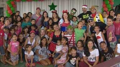 Grupo distribui brinquedos para crianças na Zona Norte de Manaus - Voluntários usaram roupas de super heróis para agradar crianças.