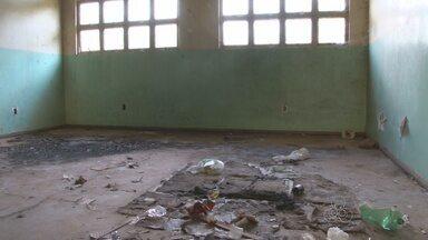 Prédio abandonado acumula lixo em Cacoal - Moradores estão preocupados com o acúmulo de lixo no local.