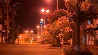 Cidade do RS compra cinco vezes mais lâmpadas do que o total de postes - Em outubro de 2014 foram compradas 7,6 mil para a cidade de Iraí, que tem pouco mais de 8 mil habitantes. Mesmo assim, tem gente que só consegue sair de casa com lanternas.