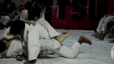 Caçadores de Bons Exemplos visitam o projeto Gaditas Jiu-Jitsu - Eduardo Oliveira resolveu ensinar esporte para crianças com o objetivo de afastá-las das drogas