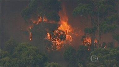 Incêndios florestais destroem 53 casas na Austrália - Os bombeiros têm apoio de helicópteros no estado de Victoria. Centenas de moradores precisaram abandonar as casas.