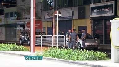Cinco suspeitos são mortos após tentativa de roubo a banco em Franco da Rocha - Segundo a polícia, trata-se de uma quadrilha experiente, por conta dos equipamentos e armamento apreendidos. Os bandidos entraram por trás da agência, arrombaram dois caixas, mas não conseguiram roubar nada. Outros dois foram assaltantes foram presos.